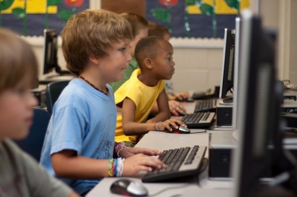 Los niños se encuentran muy familiarizados con las TIC porque tienen acceso a todo tipo de dispositivos dentro de su entorno cotidiano.