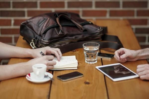 En algunas situaciones familiares hay que ser estrictos y restringir el uso, como puede ser en la mesa, buen momento para estar en familia charlando.