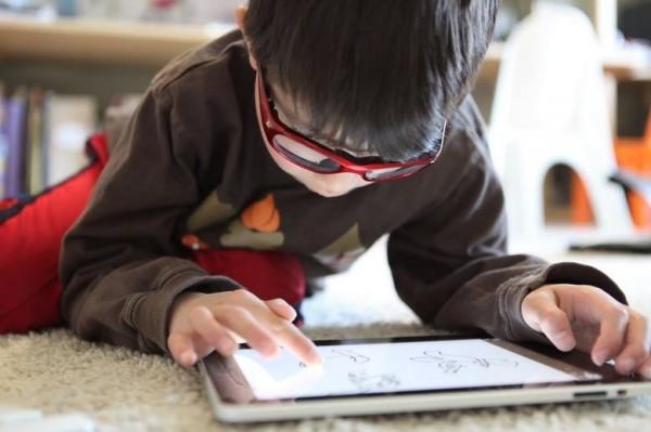 En Taiwan estudian la posibilidad de multar a los padres hasta con 1600 dólares si incumplen la nueva normativa que pretende evitar el riesgo de daños oculares en niños