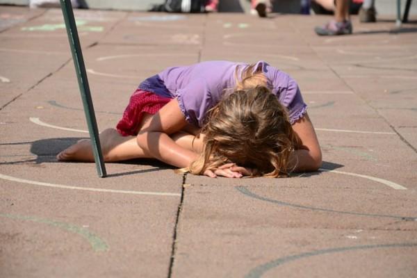 Las preguntas que el maestro debe hacerse son: ¿De repente empieza a faltar algún niño a clase? ¿Da muestras de ansiedad o tristeza? ¿Se le ve solo en el patio?
