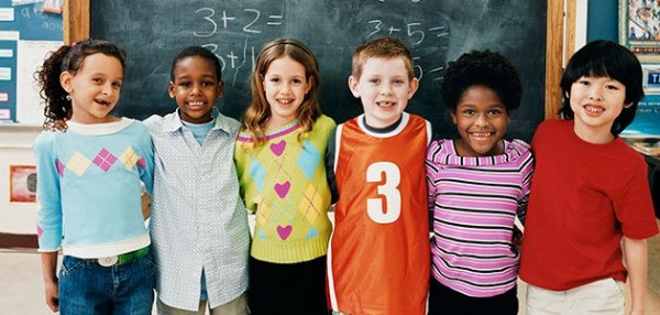 ninos-cole-distintas-razas-colegio-pizarra-p