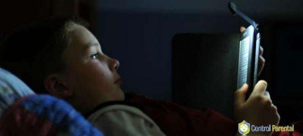 Los niños son especialmente sensibles al impacto de las pantallas. No les dejes el móvil ni la tablet por la noche.