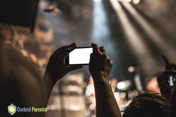 La facilidad con la que se hacen fotos y vídeos a través de los propios dispositivos de los jóvenes, y su rápida transmisión hacen que el intercambio de imágenes sea una práctica cotidiana entre los más jóvenes