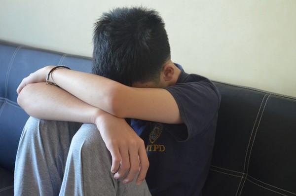 Si le ves triste, no esperes para averiguar lo que le pasa. Obsérvale activamente y, sobre todo, habla con tu hijo. El suicidio por acoso es una de las muertes más frecuentes entre los adolescentes