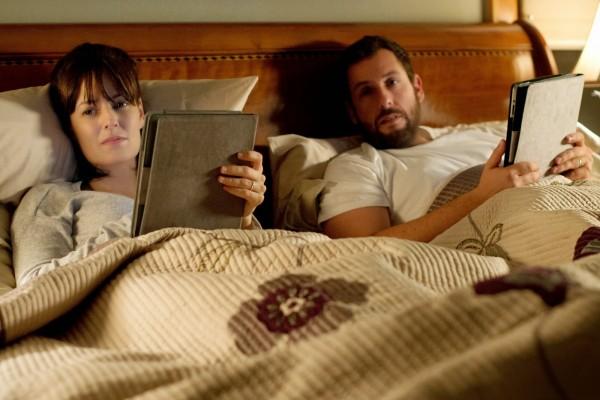 En la película se tratan temas como la adicción a los smartphones, los blogs, las redes sociales y la infidelidad.