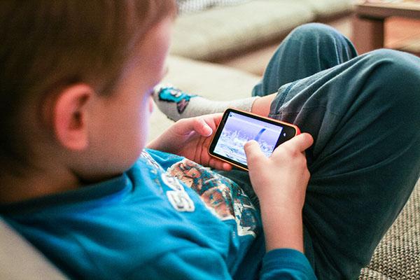 El uso del smartphone cada vez comienza antes.  ( Foto blog cuidadointantil)