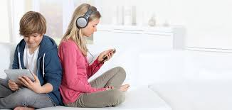 Los jóvenes tienen el peligro de aislarse y de tener cada vez menos contactos reales