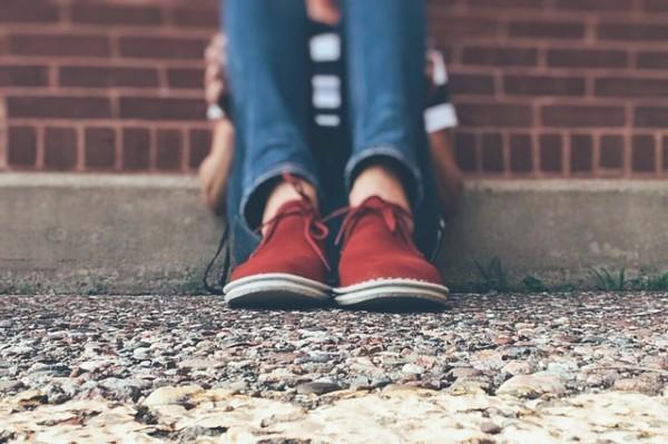 El acoso escolar aisla al niño, merma su autoestima y le impide desarrollarse académica y socialmente.