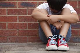 El niño que padece bullying se siente solo ante al peligro,tiene miedo y su autoestima se ve dañada.