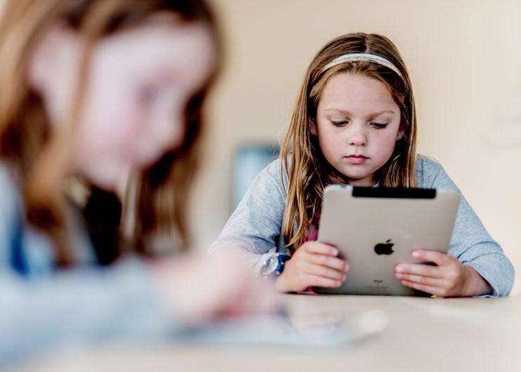 acoso escolar niña tablet